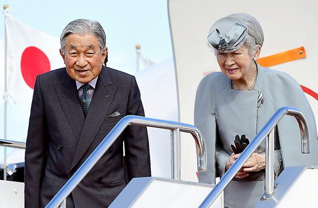 高知県に向けて出発する天皇、皇后両陛下=27日午前10時37分、羽田空港、山本裕之撮影
