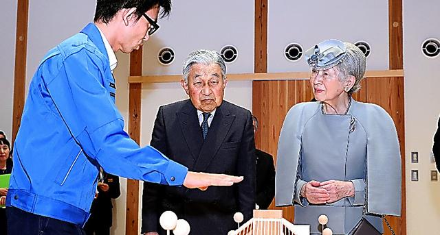 高知県立林業大学校で、説明を聞く天皇、皇后両陛下=27日、高知県香美市