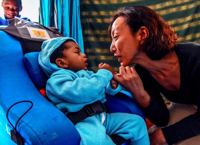 「シロアムの園」で障害児医療に取り組む公文和子さん。重い現実と向き合いながらも、その日常を支えるのは希望だ=2018年8月22日、ケニア、中野智明撮影