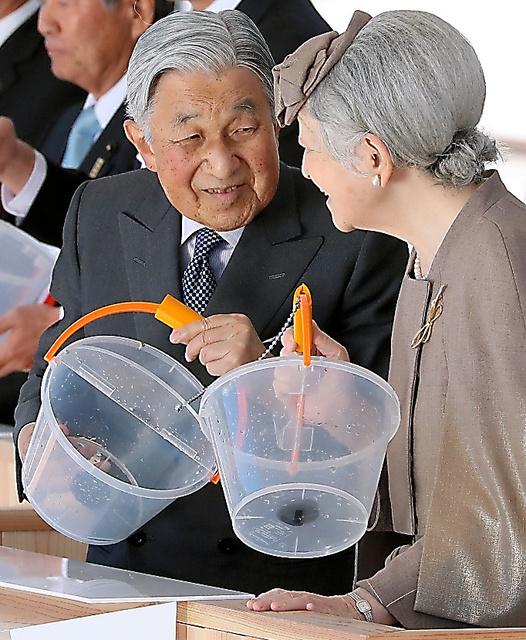稚魚の放流を終え、笑顔を見せる天皇、皇后両陛下=28日、高知県土佐市、嶋田達也撮影