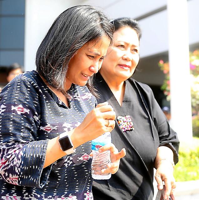 墜落したライオン航空の旅客機が出発したジャカルタ郊外のスカルノ・ハッタ国際空港を訪れた乗客の家族ら=29日、野上英文撮影