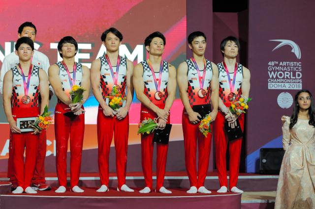 団体銅メダルの日本男子=AP