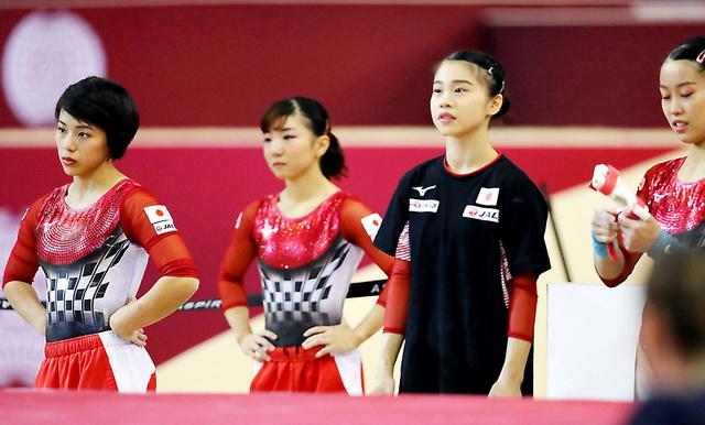 女子団体総合決勝の演技を終えた村上茉愛(左端)ら日本チーム=時事