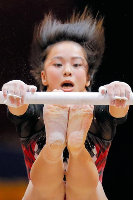女子個人総合決勝の段違い平行棒で演技する村上=AP