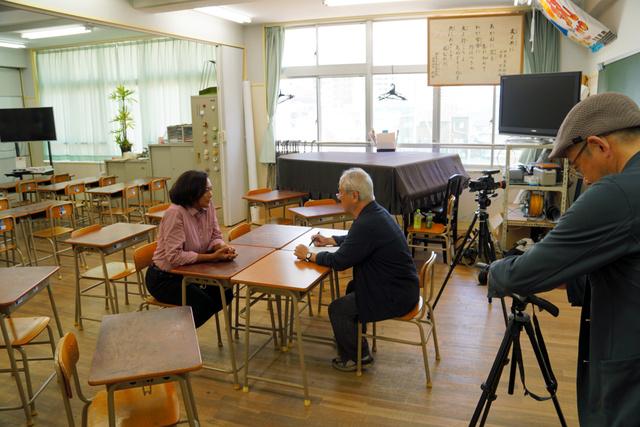 映画「こんばんはⅡ」の撮影で、戎香里菜さん(左)にインタビューする映画監督の森康行さん(中央)=神戸市須磨区の市立丸山中学校西野分校、同校提供