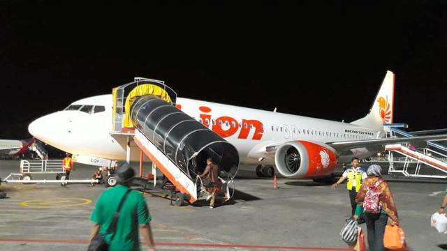 バリ島で28日夜、出発を控えるライオン航空の旅客機(ボーイング737MAX8型)。翌朝、ジャカルタを離陸直後に墜落した=サハタ・パンディア氏撮影