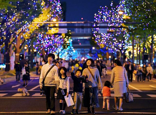 歩行者天国になった御堂筋で、点灯したイルミネーションを楽しみながら歩く人たち=2018年11月4日午後、大阪市中央区、遠藤真梨撮影
