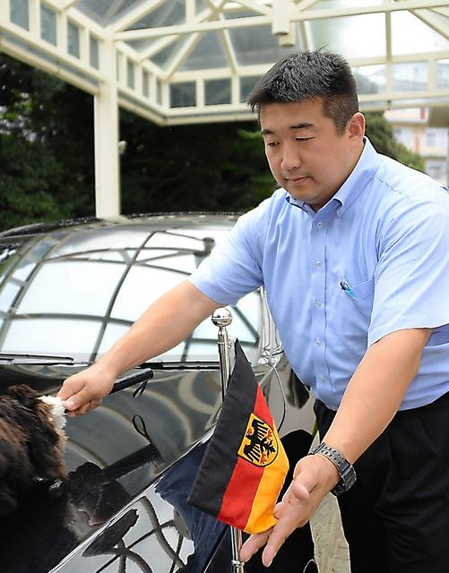 公用車を磨く堀奈宇さん