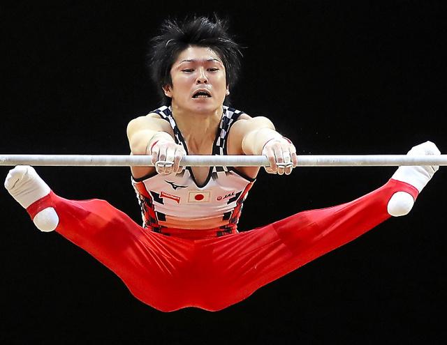 男子種目別決勝で銀メダルを獲得した内村航平の鉄棒演技=AFP時事