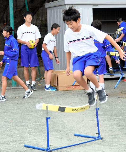 ハードルジャンプに取り組む東深沢中の体力向上部の生徒