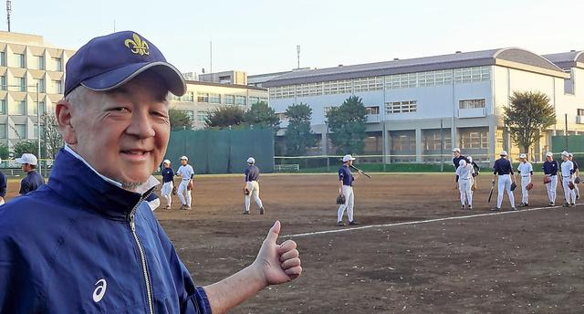 立教新座高のグラウンドに立つ鈴木康友さん