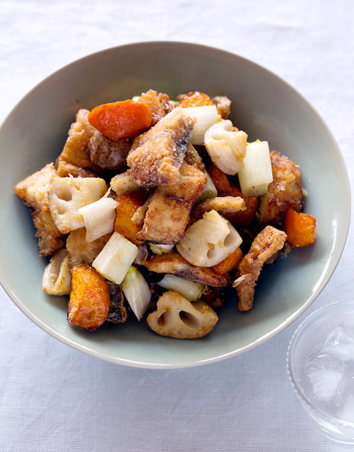 揚げサバと根菜のユズコショウ風味=写真・山本倫子