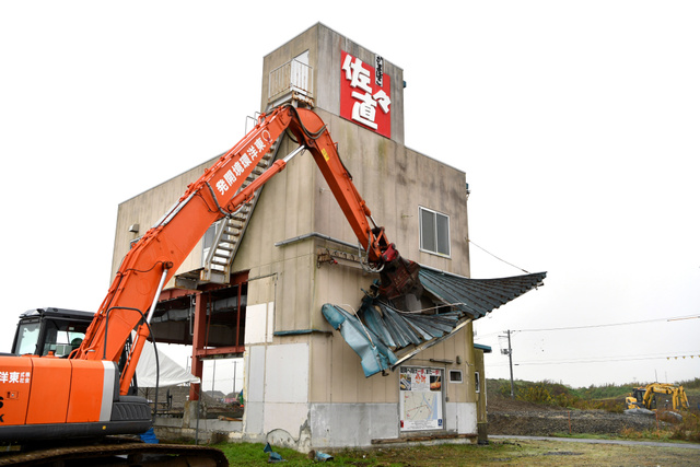 重機で解体される佐々直の旧本店工場=2018年11月9日午前、宮城県名取市閖上、福留庸友撮影