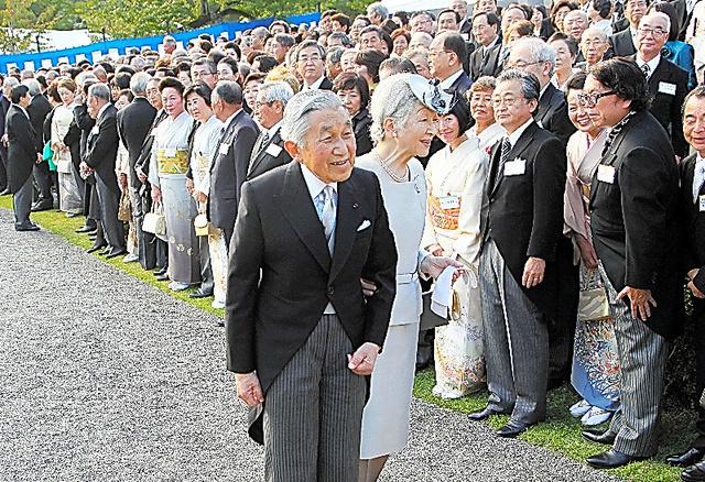 招待客を前に、笑顔を見せる天皇、皇后両陛下=2013年10月、東京・元赤坂の赤坂御苑