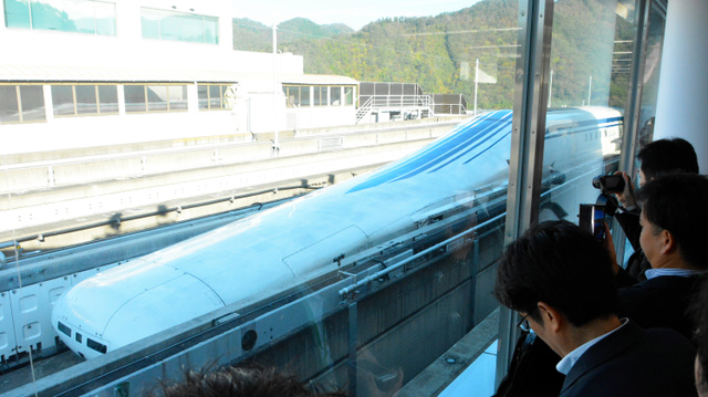 建設が進むリニア中央新幹線のリニア試乗車「L0系」=2018年10月、山梨県都留市