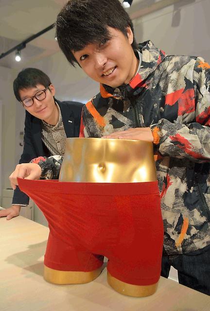 ザミラの高野真一さん(右)、豊田拓弥さんと赤パンツ=宮城県丸森町