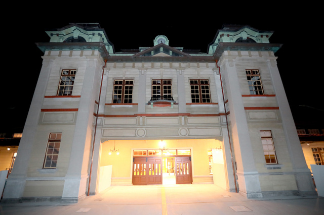 復元されたJR門司港駅=2018年11月10日午前4時28分、北九州市門司区、金子淳撮影
