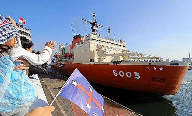出港する南極観測船「しらせ」=10日午前10時42分、東京・晴海埠頭、中山由美撮影