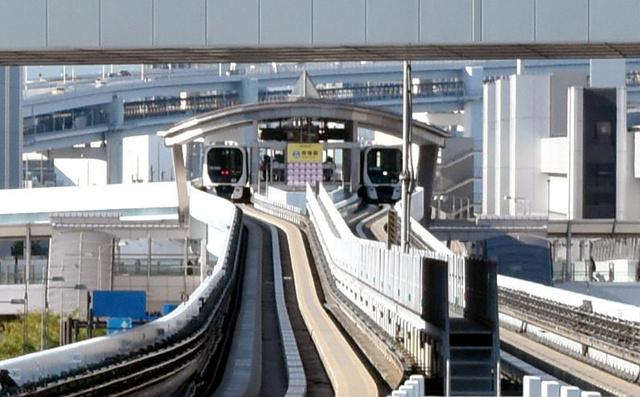 新豊洲から首都高晴海線の高架をくぐると次の市場前駅だ。ホームから停車する車両が見える
