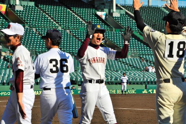 マスターズ甲子園に初出場した北海道選抜は一回裏、菊池正義さん(苫小牧東OB)が3点本塁打を放ち、仲間に出迎えられる=兵庫県西宮市の阪神甲子園球場