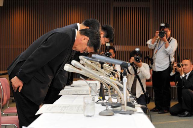 井川意高前会長の巨額借り入れ問題を受け、記者会見で陳謝する大王製紙の役員ら=2011年10月