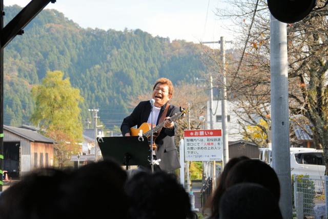 若桜鉄道若桜駅のホームで熱唱するばんばひろふみさん=2018年11月11日、鳥取県若桜町若桜