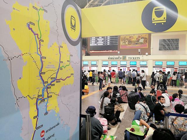入札のあった高速鉄道を含む鉄道の整備計画を宣伝するパネル。タイ国鉄は単線も多く、改善は長年の懸案だ=2018年10月、バンコク・フアランポーン駅、吉岡桂子撮影