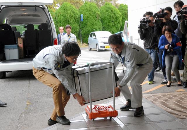 国際宇宙ステーションでの実験試料が入ったクーラーボックスが筑波宇宙センターに運び込まれた=茨城県つくば市