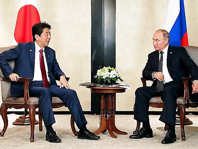 ロシアのプーチン大統領(右)との首脳会談に臨む安倍晋三首相=14日午後6時56分、シンガポール、岩下毅撮影