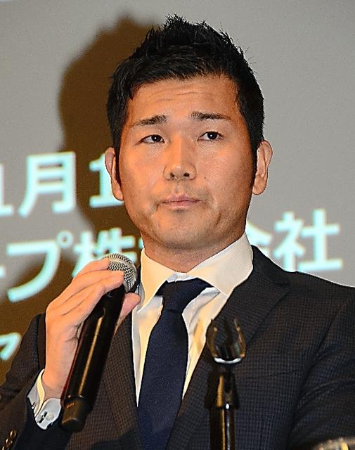 業績予想の下方修正について説明するRIZAPグループの瀬戸健社長=東京都