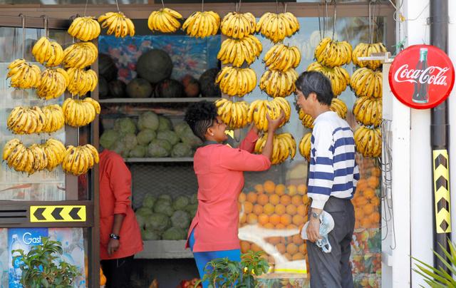 2016年2月、エリトリアの首都アスマラで客にバナナを売る店員=ロイター
