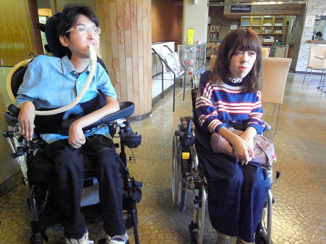 取材に応じる矢口教介さんと猪瀬智美さん(右)