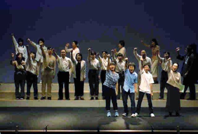 出演者が「戦争法案反対!」と声を上げた場面=2015年7月、劇団仙台提供