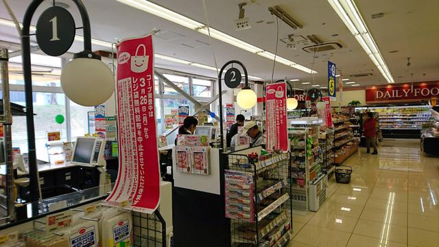 コープこうべのうち大阪北地区の店舗が4月までにレジ袋の無料配布を中止し、全161店舗に広がった=大阪府豊中市で