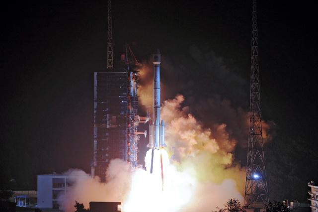 中国四川省で19日、中国版GPS衛星を載せたロケットが打ち上げられた=ロイター