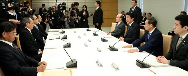首相官邸で開かれた「式典委員会」の第2回会合であいさつする安倍晋三首相(右側手前から3人目)=2018年11月20日、岩下毅撮影