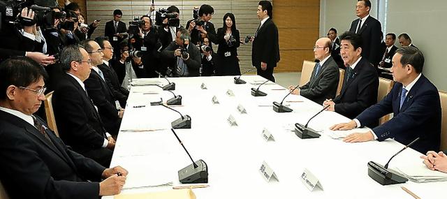 首相官邸で開かれた「式典委員会」の第2回会合=20日