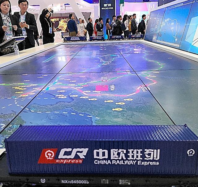 定期貨物列車「中欧班列」の模型と地図を見学する人ら=11月6日、上海
