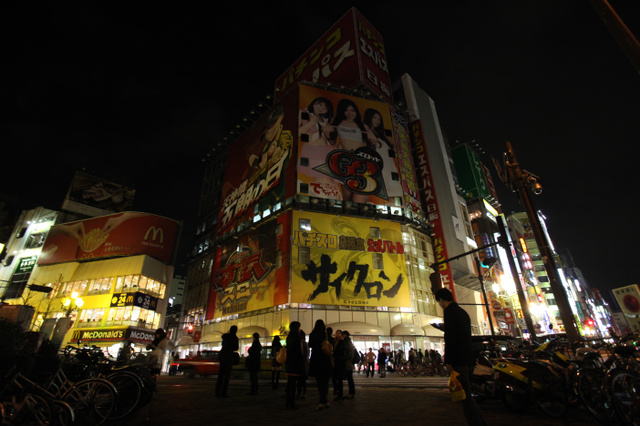 節電のため照明が落とされた東京・新宿の歓楽街、歌舞伎町=2011年3月27日。転勤先の名古屋の街は明るかった