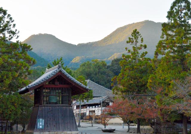 当麻寺の境内から見上げた二上山。左が雌岳、右が雄岳。雄岳山頂には大津皇子の陵墓がある