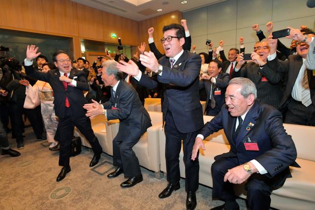 2025年の万博開催地が大阪に決まり喜ぶ、大阪府の松井一郎知事(右から2人目)ら=2018年11月23日、パリ、遠藤真梨撮影