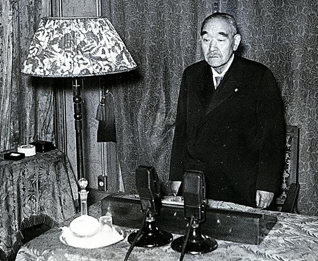 1945年4月、首相就任時に国民に向けて放送する鈴木貫太郎