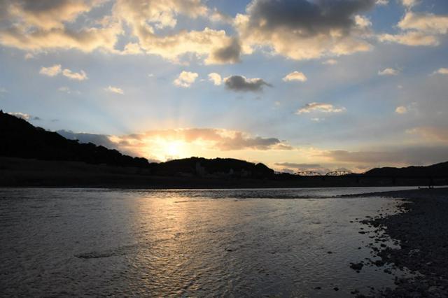 年末早朝の四万十川、遠くに赤鉄橋を望む 写真/森 千里