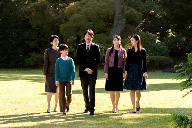秋篠宮邸の庭で過ごす秋篠宮ご一家(11月10日、東京・元赤坂の赤坂御用地、宮内庁提供)