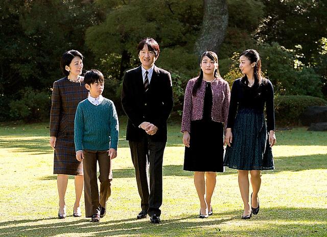 秋篠宮邸の庭で過ごす秋篠宮ご一家=11月10日、東京・元赤坂の赤坂御用地、宮内庁提供