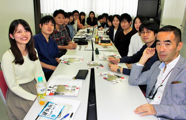 映画祭を企画した日本大学芸術学部映画学科の学生ら。右手前が古賀太教授=東京都練馬区の日本大学芸術学部、北野隆一撮影