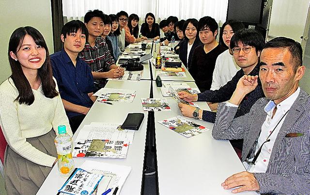 映画祭を企画した学生ら。右が古賀太教授