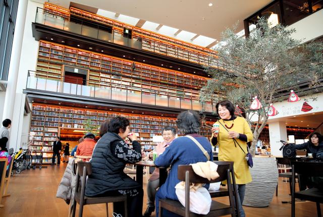 多賀城市立図書館が入居する複合ビル。手前のカフェで購入したコーヒーなどを図書館内(写真奥)に持ち込むこともできる=宮城県多賀城市