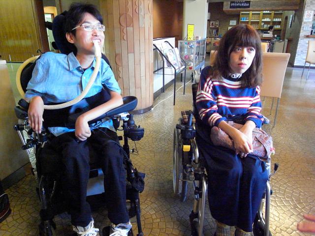 内定企業への入社を待つ矢口教介さん(左)と、在宅就労中は介護を受けずにいる猪瀬智美さん=さいたま市中央区