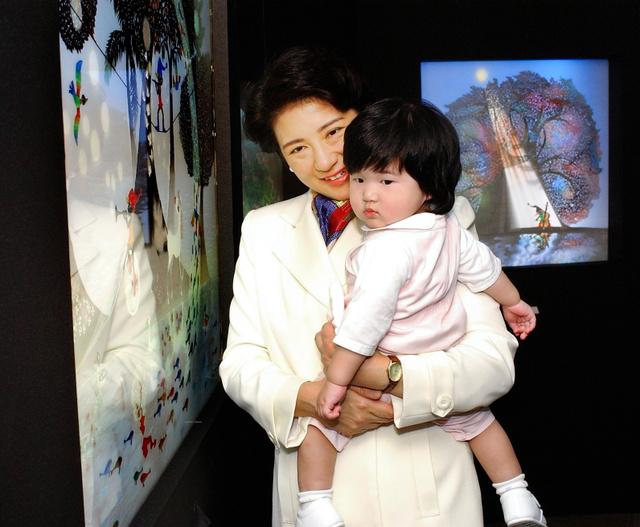 幼い愛子さまを連れ、藤城清治さんの影絵展を訪れた雅子さま=2002年10月、東京・銀座